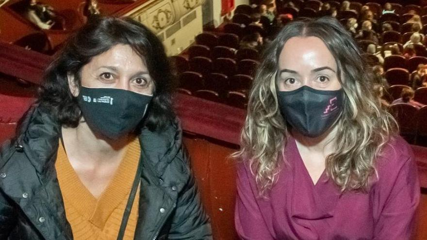 La nueva directora con la diputada de Teatres, Glòria Tello.
