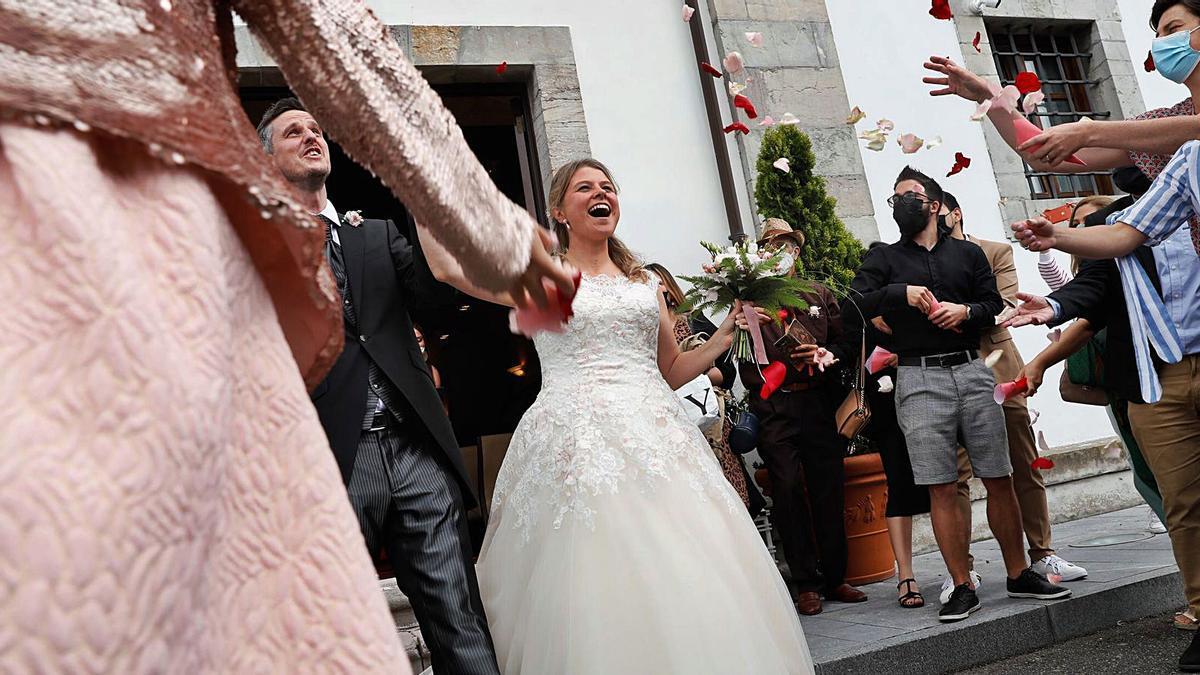 Los recién casaos Benoît Salaun y Cheryl von Asten, nel Palaciu de La Madalena.