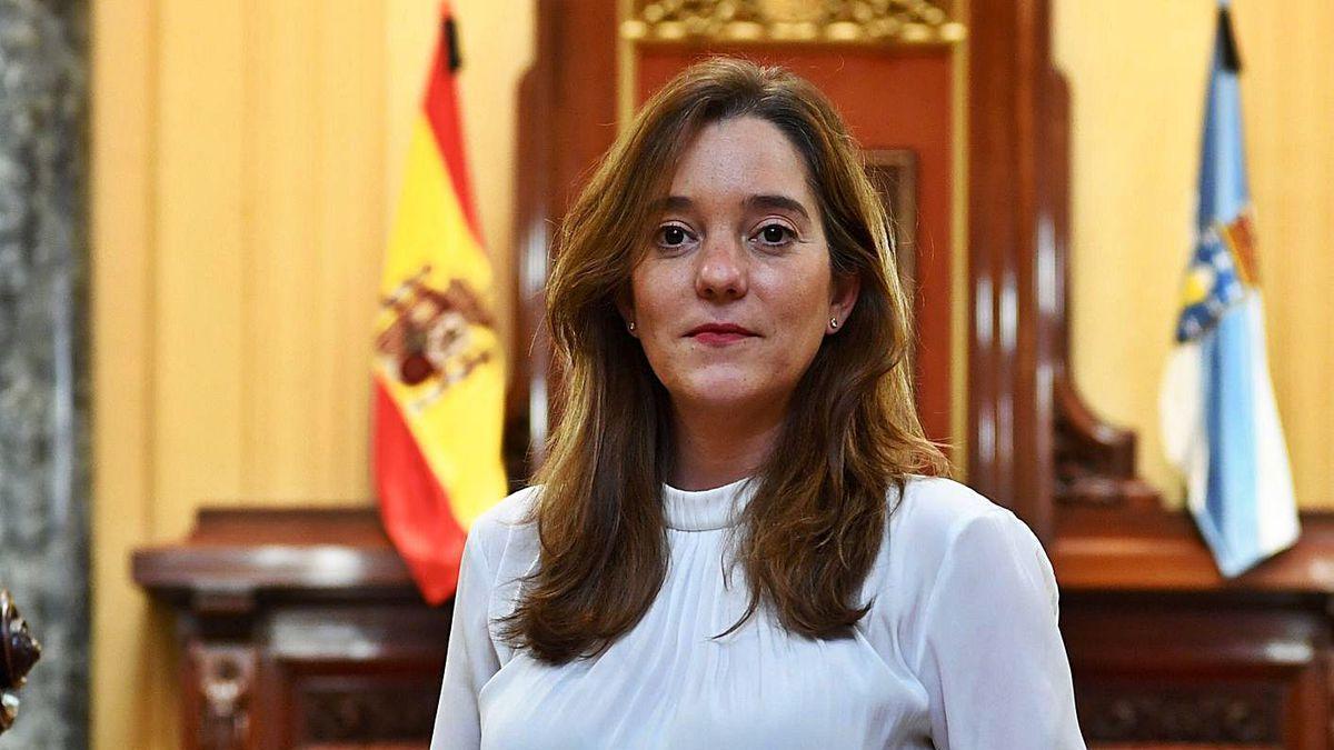 La alcaldesa, Inés Rey, posa en el salón de plenos.