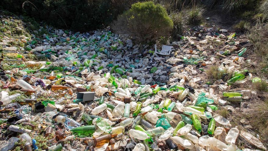 Greenpeace saca a la luz un vertedero ilegal en Felanitx con miles de envases