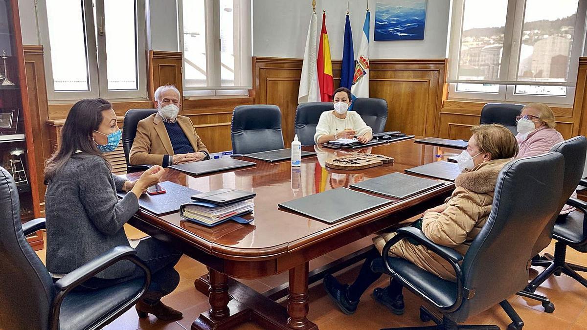 Ramallo y Sanmartín con los representantes vecinales de Cantodarea. |   // FDV