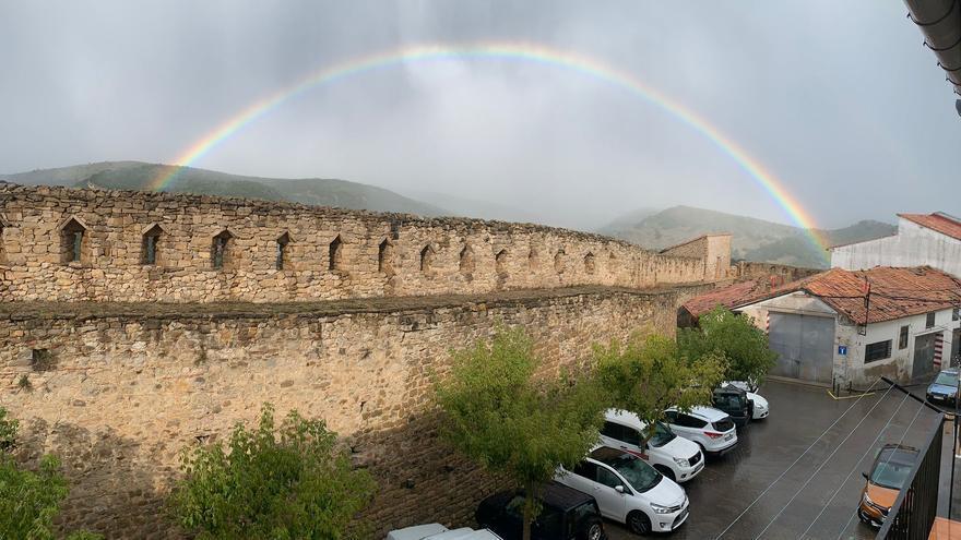 La lluvia deja otra fotografía para el recuerdo en Morella