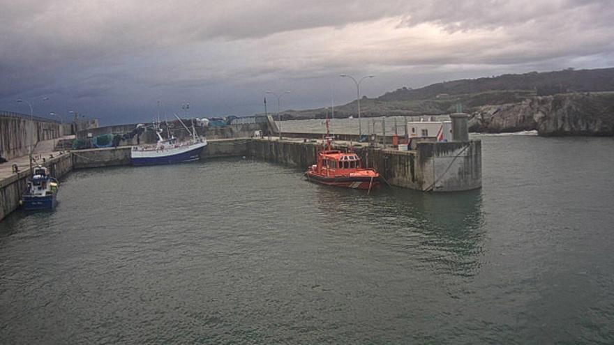 Tres pescadores heridos al cerrarse las compuertas del puerto de Llanes y quedar al temporal varios barcos pequeños