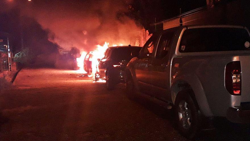 Un fuego calcina tres vehículos estacionados en una calle de Redondela
