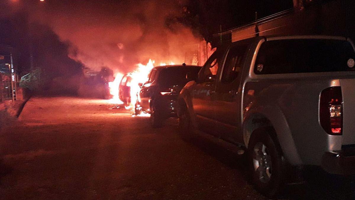 En la foto superior, las llamas calcinan los vehículos, ayer, en  A Picota. A la izquierda, los daños en los coches.   | // POLICÍA LOCAL
