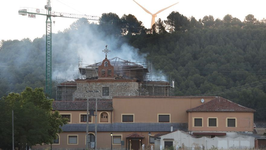 Incendio en el monasterio de Ampudia, Palencia: la iglesia se salva de las llamas