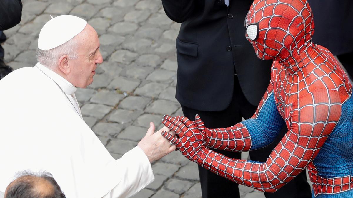 El papa saluda a Spiderman en el Vaticano.