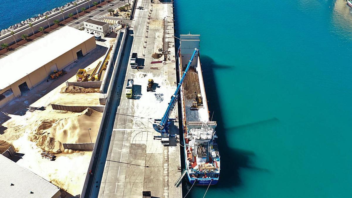 Momento de la operación de descarga de las 1.500 toneladas de sal.