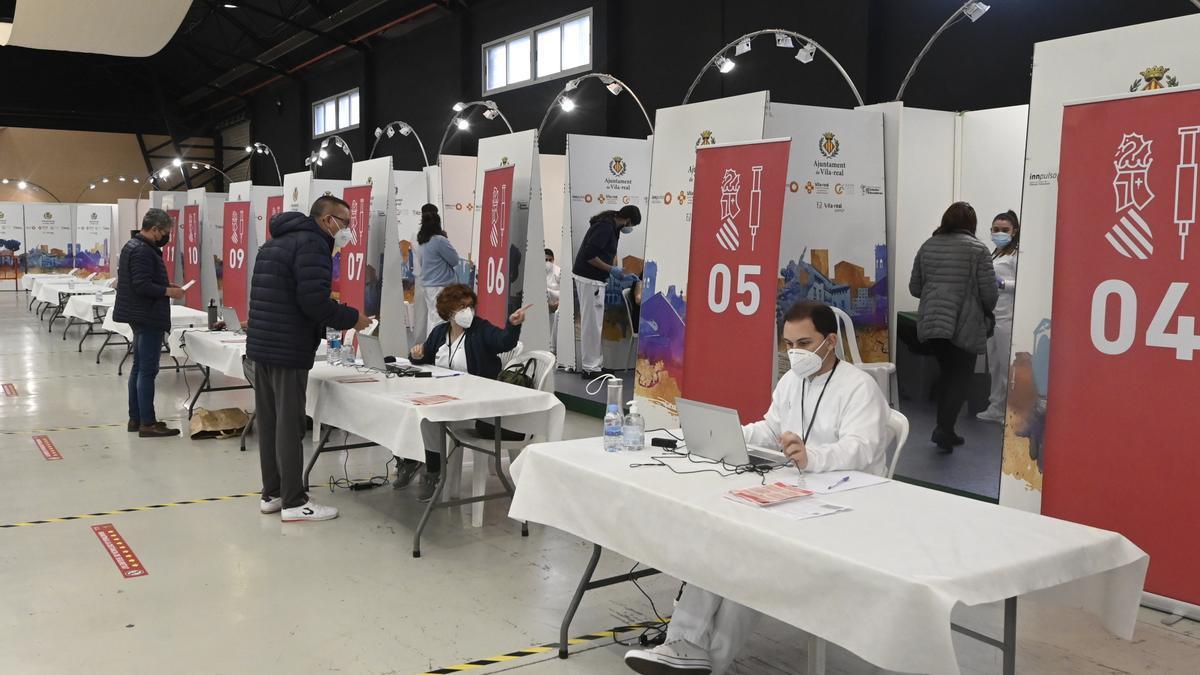 El Centro de Congresos de Vila-real cerró ayer por la tarde sus puertas, tras haber estado durante dos jornadas vacunando contra el coronavirus a vecinos de nueve municipios de la Plana Baixa, como Nules, la Vall o Burriana, además de los de Vila-real.