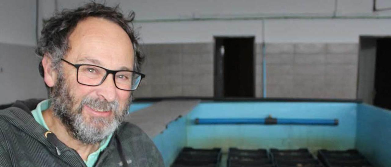 Eduardo Martín, ayer, en la depuradora, con una de las cajas de ostras.