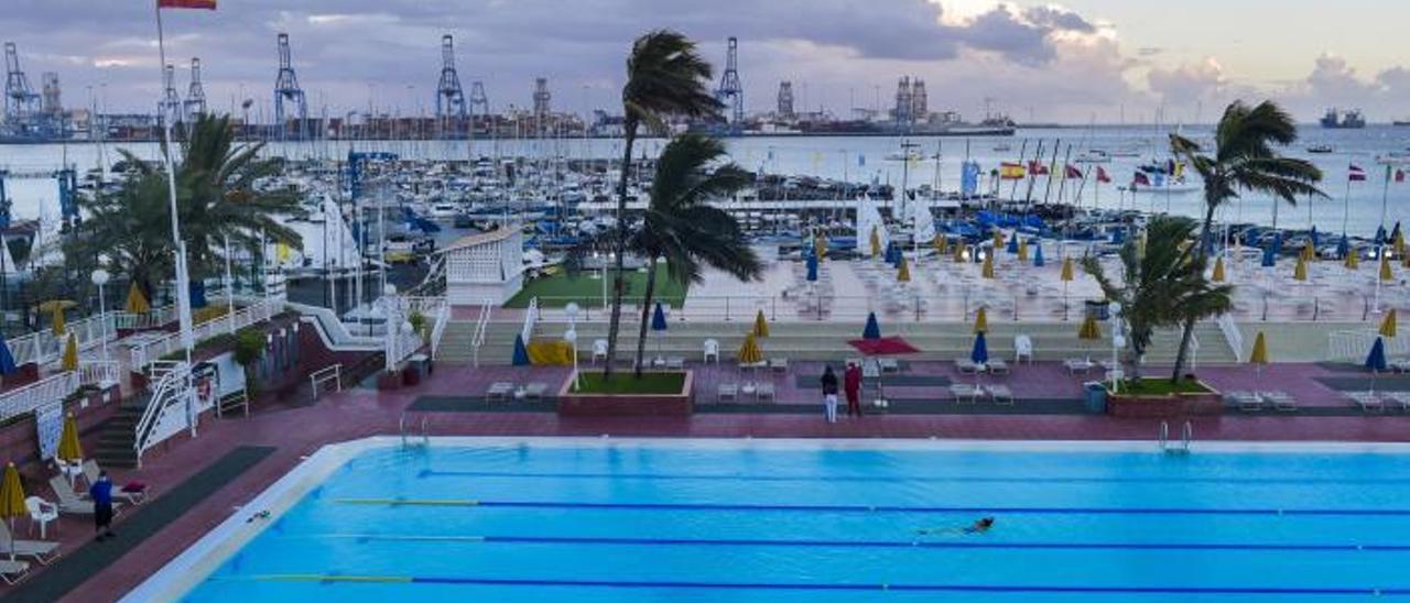 Vista de la piscina y la zona de solarium del Club Náutico de Gran Canaria. | | ANDRÉS CRUZ