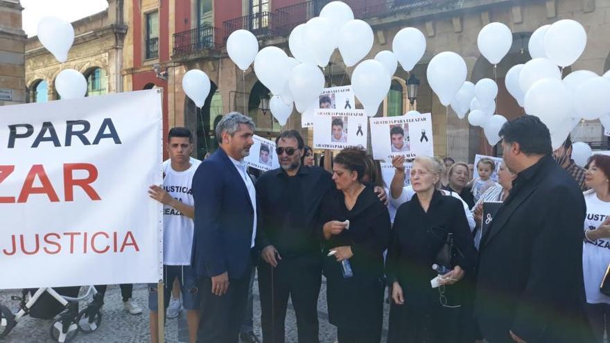 Suelta de globos en Gijón para exigir justicia con Eleazar, el joven fallecido en El Molinón