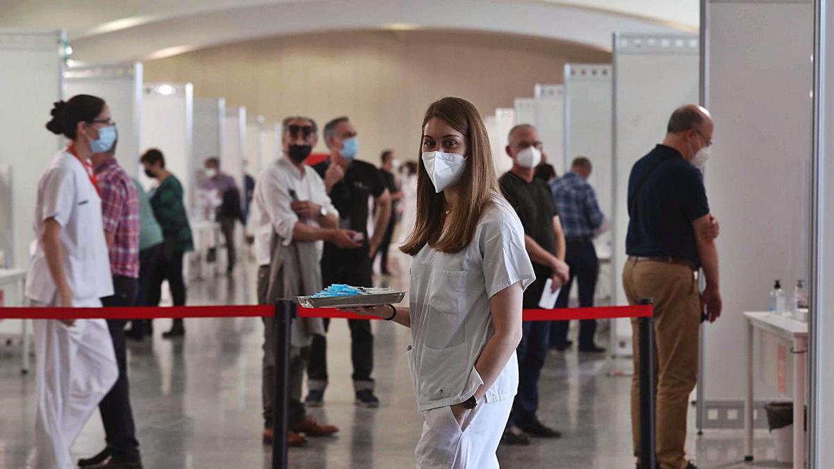 Personal sanitario en el Centro de Vacunación de la Ciutat de les Arts de València. | J.M.LÓPEZ