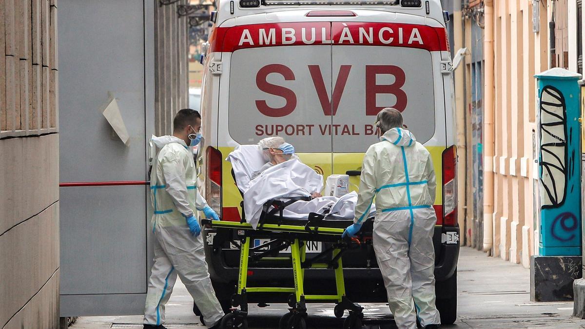 Una interna de una residencia valenciana es asistida por sanitarios.