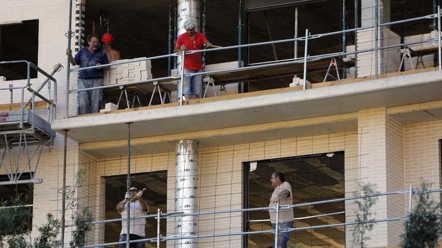 Casi 22.000 valencianos faltan al trabajo cada día pese a no estar de baja