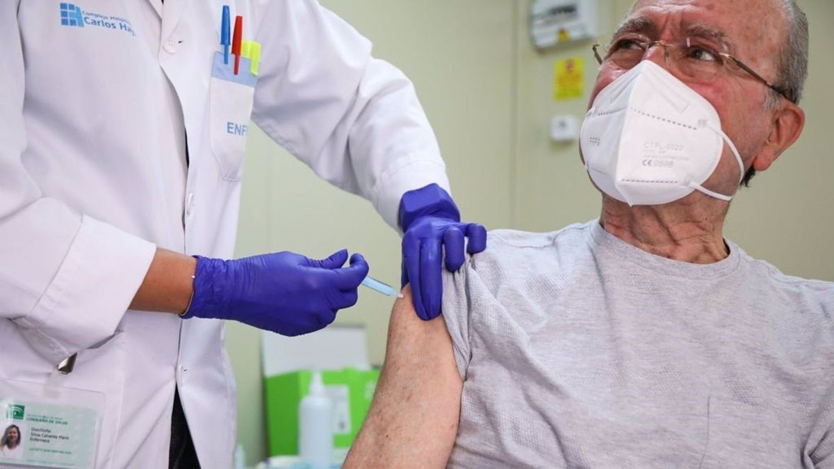El alcalde de Málaga recibe la vacuna