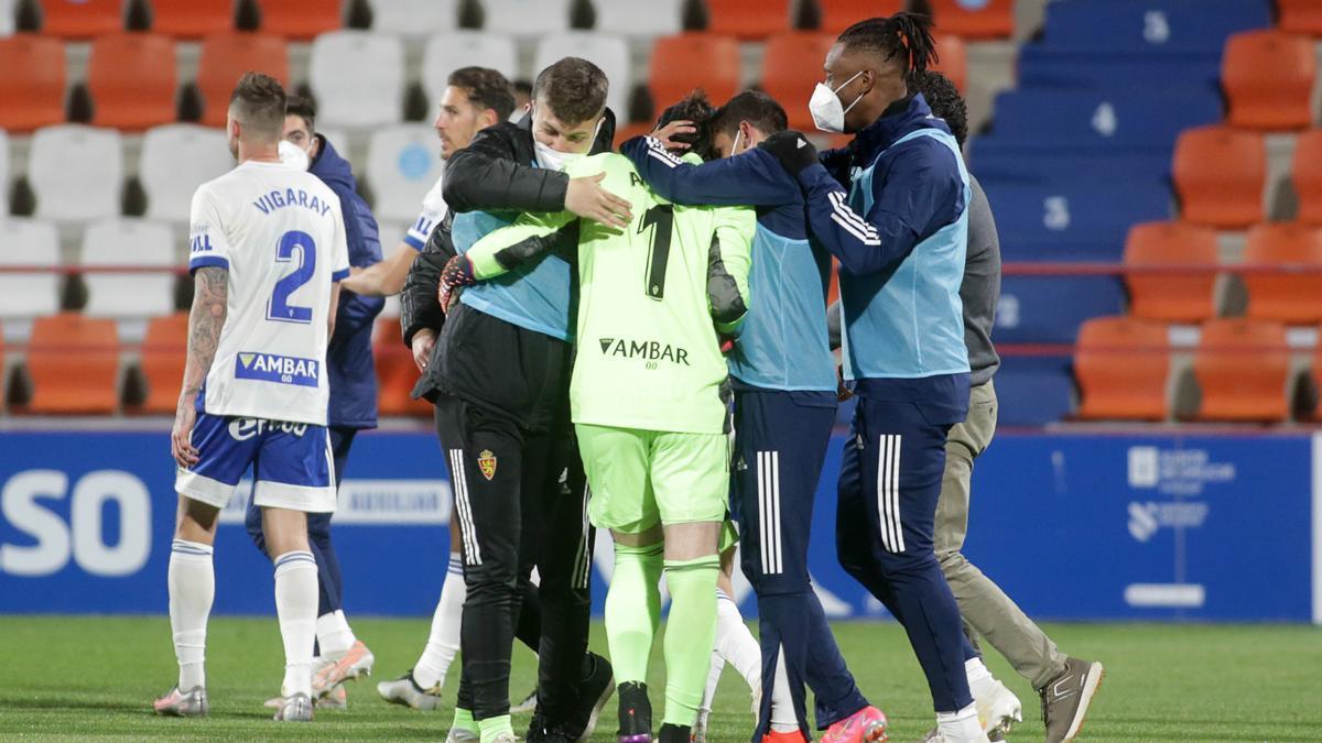 Los jugadores del Real Zaragoza, apiñados en torno a Cristian en Lugo.