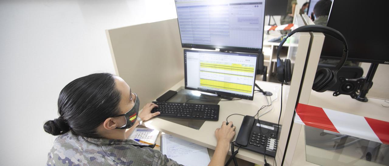 Una soldado realiza labores de rastreo de casos positivos.