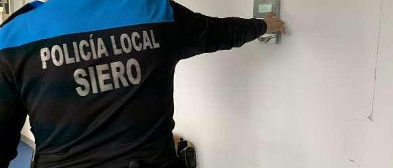 Un policía local de Siero fichando.