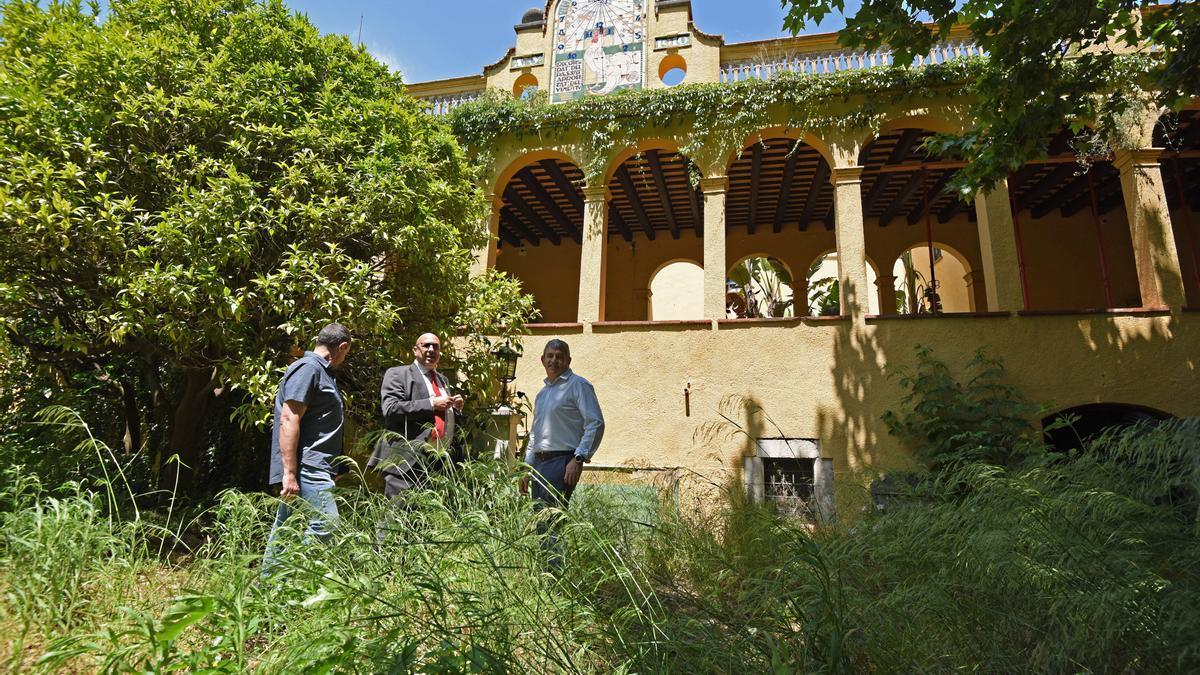 Pla general de la façana portificada de Cal Governador amb l'alcalde de Borrassà