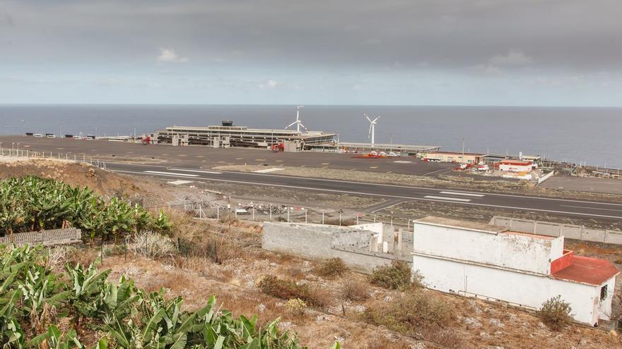 El aeropuerto de La Palma sigue inoperativo por la ceniza del volcán
