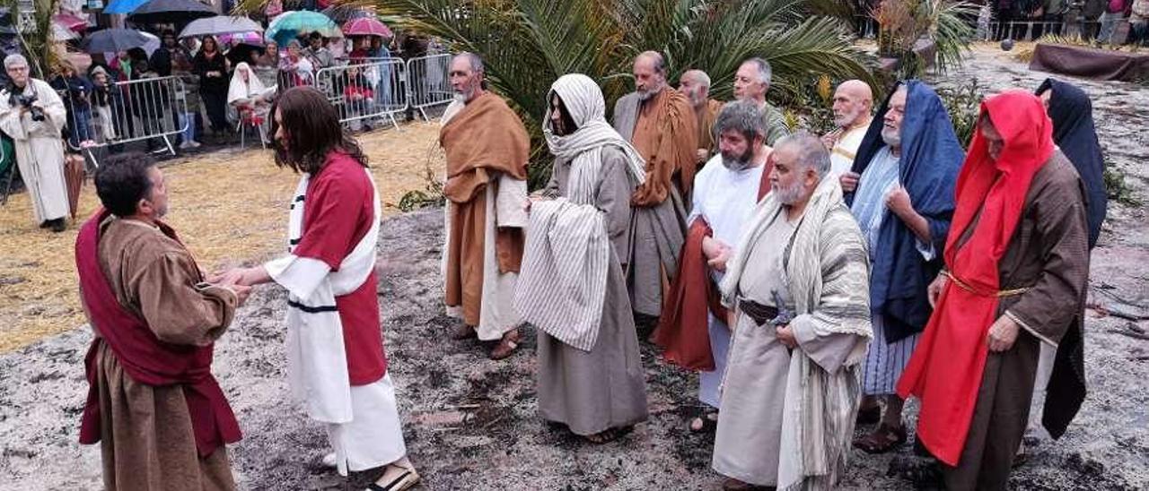 Representación de la traición de Judas en la plaza Mayor de Infiesto, convertida en huerto de los Olivos.