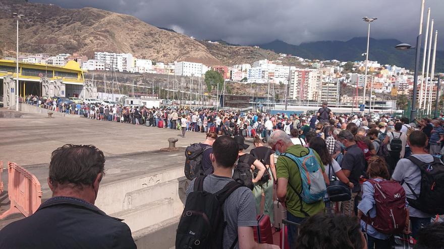 Cientos de personas se agolpan en el muelle de Santa Cruz de La Palma para salir de la Isla