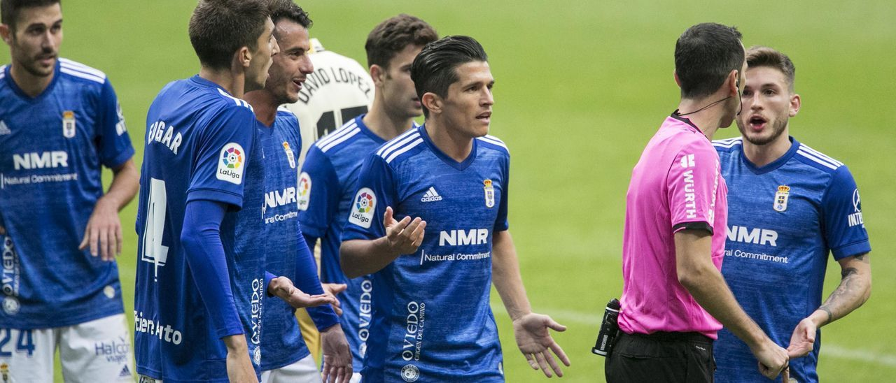 Los jugadores azules, protestando al árbitro del Oviedo-Espanyol