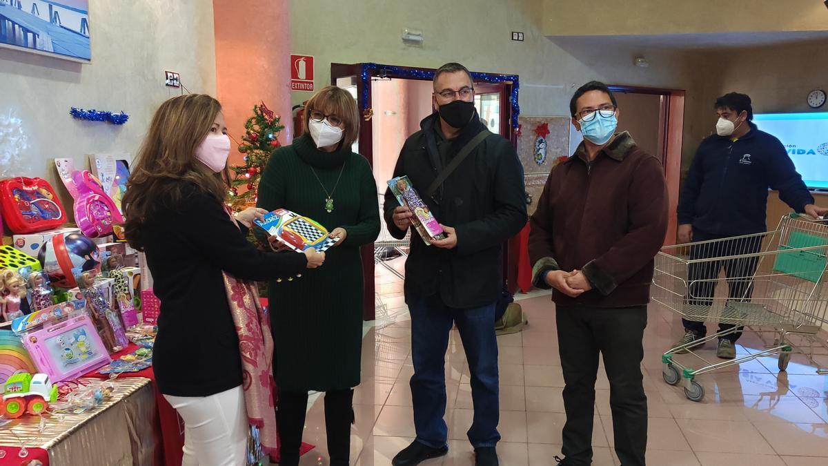 """La asociación """"Sabia vida"""" inaugura sede con una colecta de medio centenar de juguetes para niños vulnerables"""