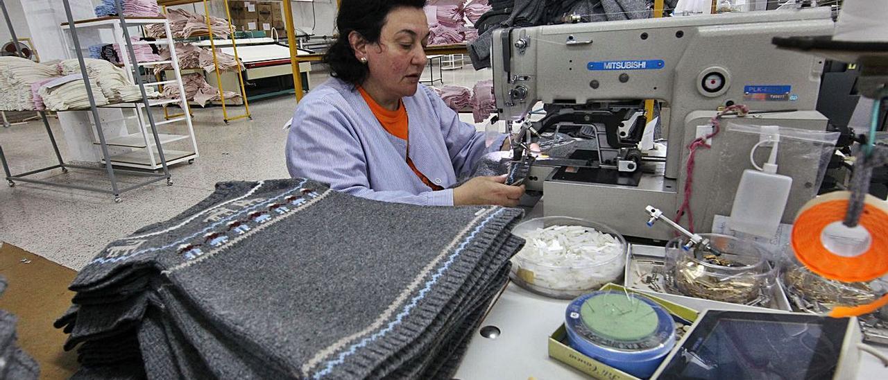 Una empleada de Pili Carrera en su centro de producción de Mos.