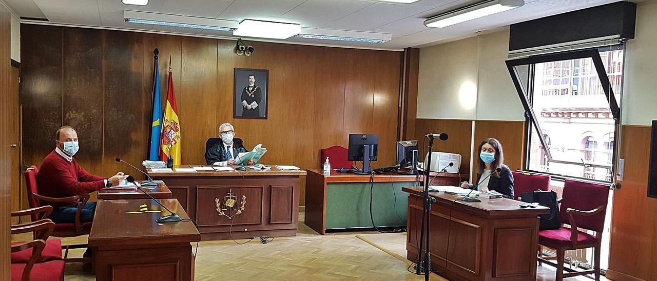 Un juicio de lo penal celebrado en la única sala con ventilación adecuada.