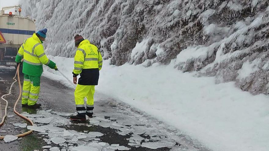 Las placas de hielo mantienen cerrados los accesos a la cumbre