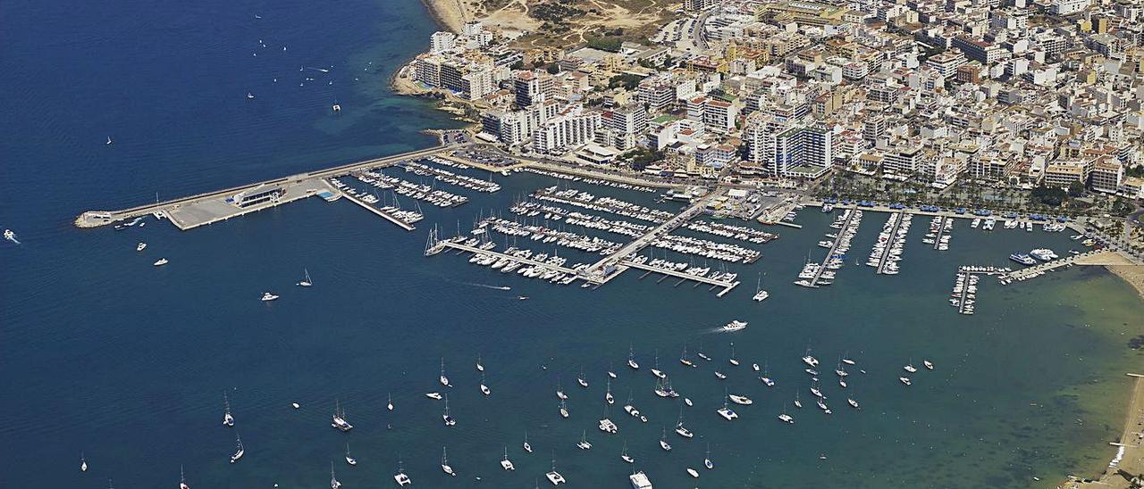 Vista aérea de la bahía de Sant Antoni de Portmany con el puerto.