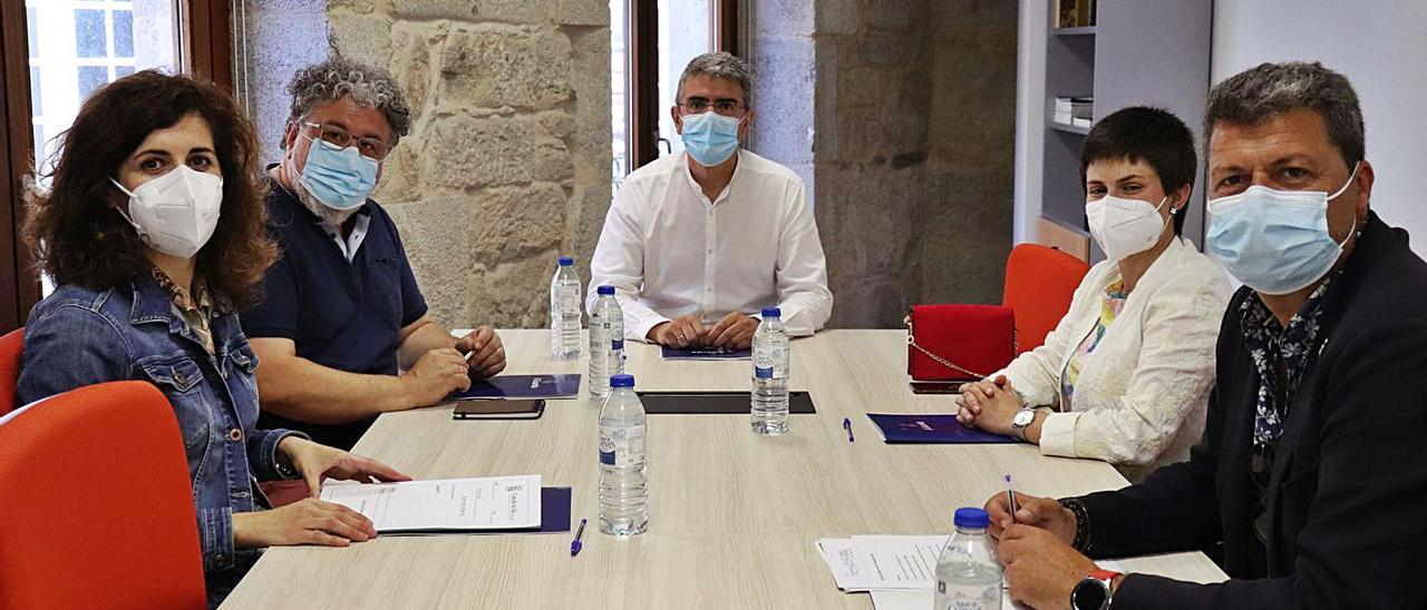 Alcaldes y alcaldesas, ayer en la reunión en la Casa dos Alonsos de A Guarda.