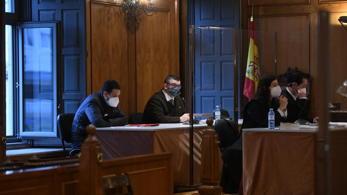 El acusado y su abogado durante la segunda sesión del juicio en la Audiencia Provincial de Pontevedra