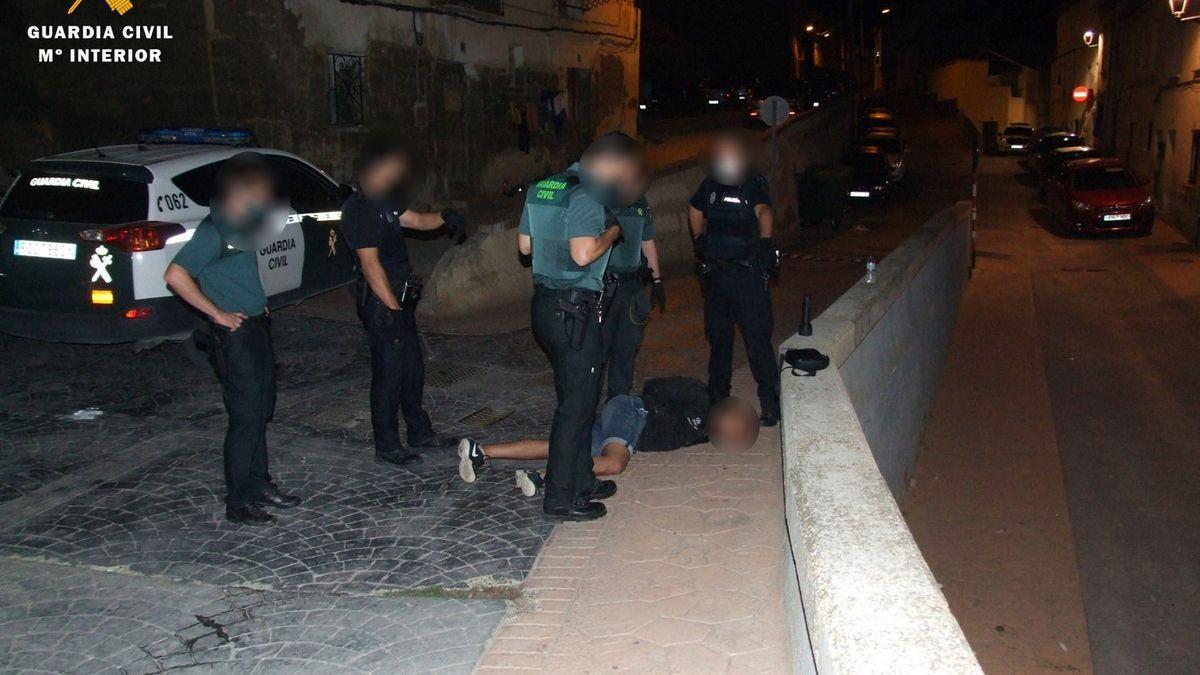 La Guardia Civil junto al detenido en el suelo. / GUARDIA CIVIL