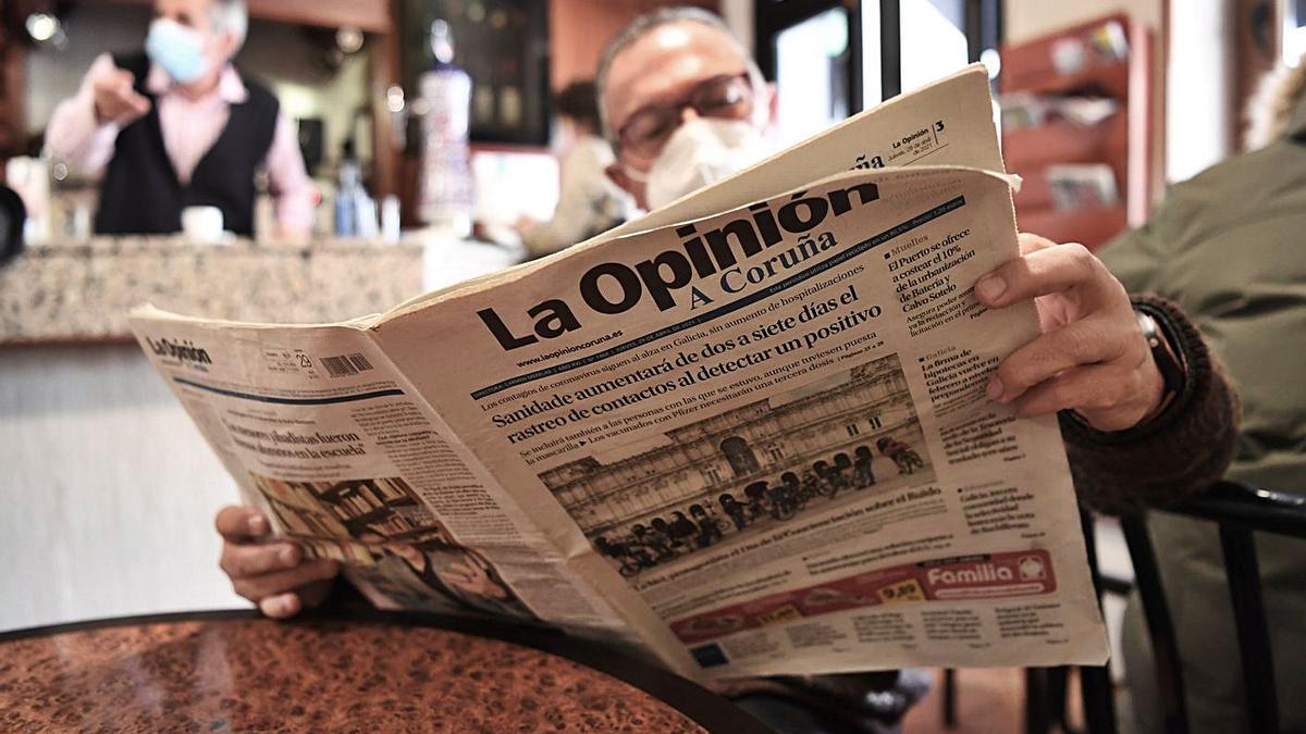 Un hombre lee LA OPINIÓN en una cafetería. |   // C. PARDELLAS