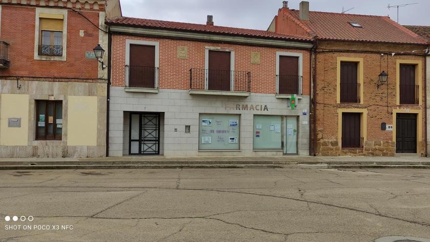 Piden una rampa y una barandilla para acceder a la farmacia de Villanueva del Campo