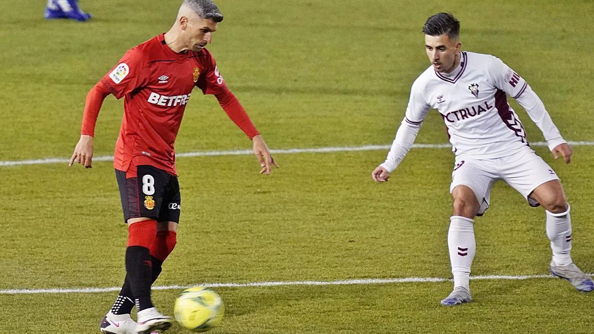 Salva Sevilla controla el balón, el pasado viernes contra el Albacete.