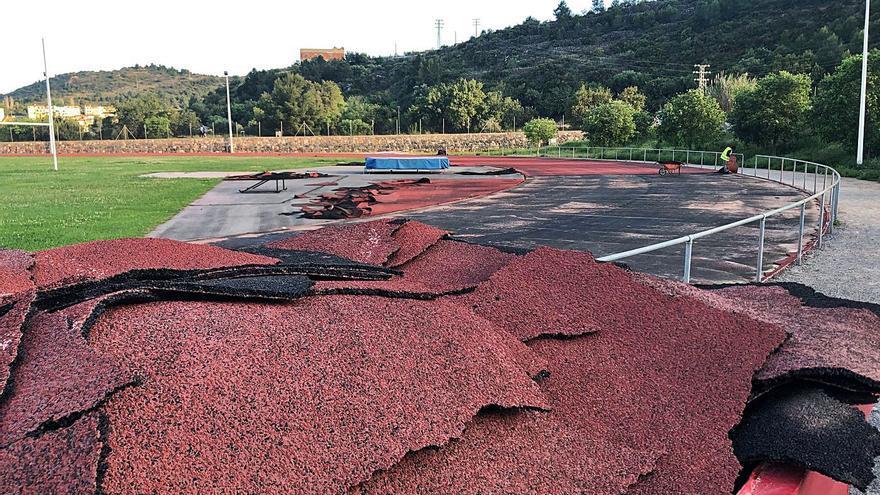 La Vall ejecuta el cambio de tartam de la pista de atletismo