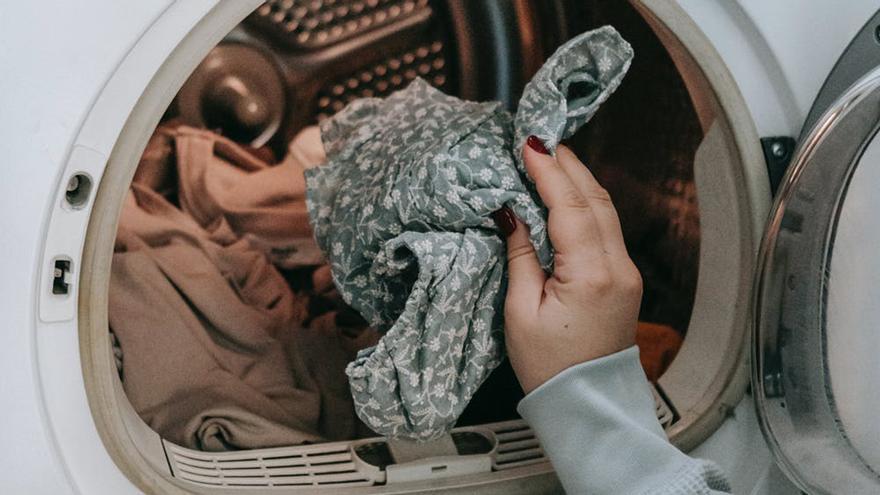 Las 5 cosas que jamás debes meter en la lavadora (y muchos hacen)