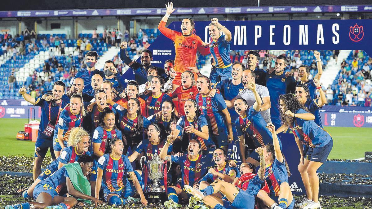 Las jugadoras del Barça festejan su triunfo en la Copa en el mismo césped del campo del Leganés tras recibir el trofeo.