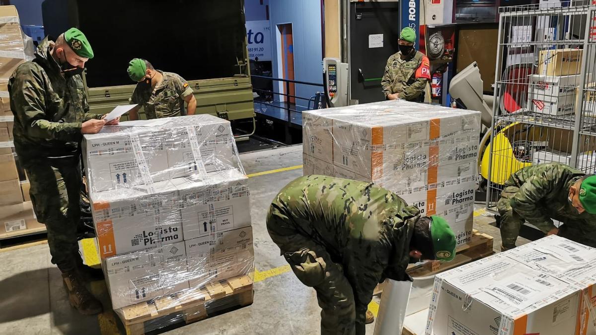Las Fuerzas Armadas, en un traslado de vacunas a Canarias.