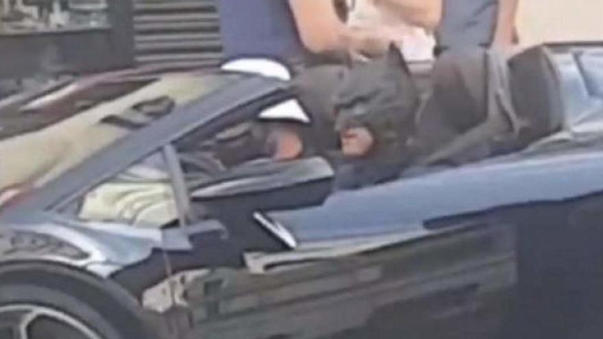 Multan a un 'youtuber' vestido de Batman que conducía en plena Gran Vía de Madrid
