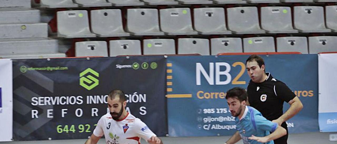 El jugador del Gijón Playas Adrián se escapa de un rival.   Marcos León