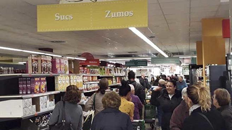 Colas y tensión en el supermercado