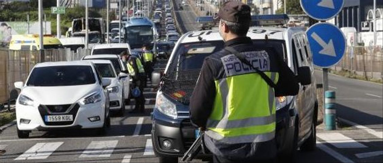 Control policial en la Avenida de Madrid, en Vigo.     // RICARDO GROBAS