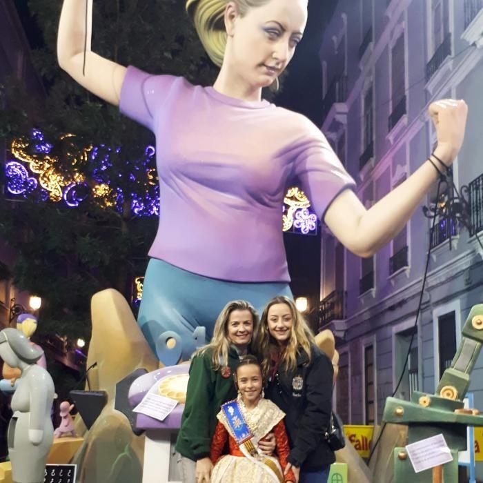 La falla Sevilla-Denia cumplió el ritual con su falla más especial: la dedicada a la violencia de género que incluyó a Rocío Gil en el remate Antes, una foto histórica con dos falleras de la comisión: Patricia Sanz, fallera mayor infantil de València en 1996, y Aroa Martínez, de la corte infantil de este año.