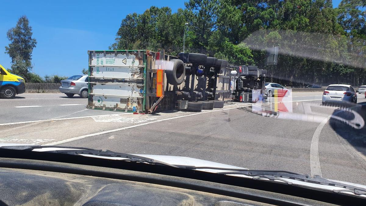 El camión volcado sobre la autovía