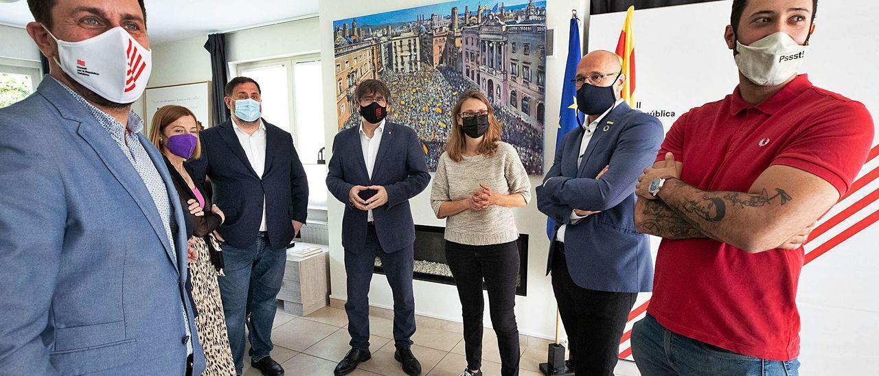 Valtònyc, a la derecha, junto a Junqueras, Puigdemont y el resto de líderes del 'procés' ayer en Waterloo.